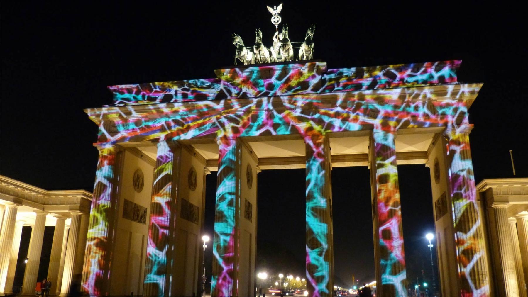 Farbe und Ton bewegen uns am Brandenburger Tor, nachdem wir den Raum der Stille verlassen haben