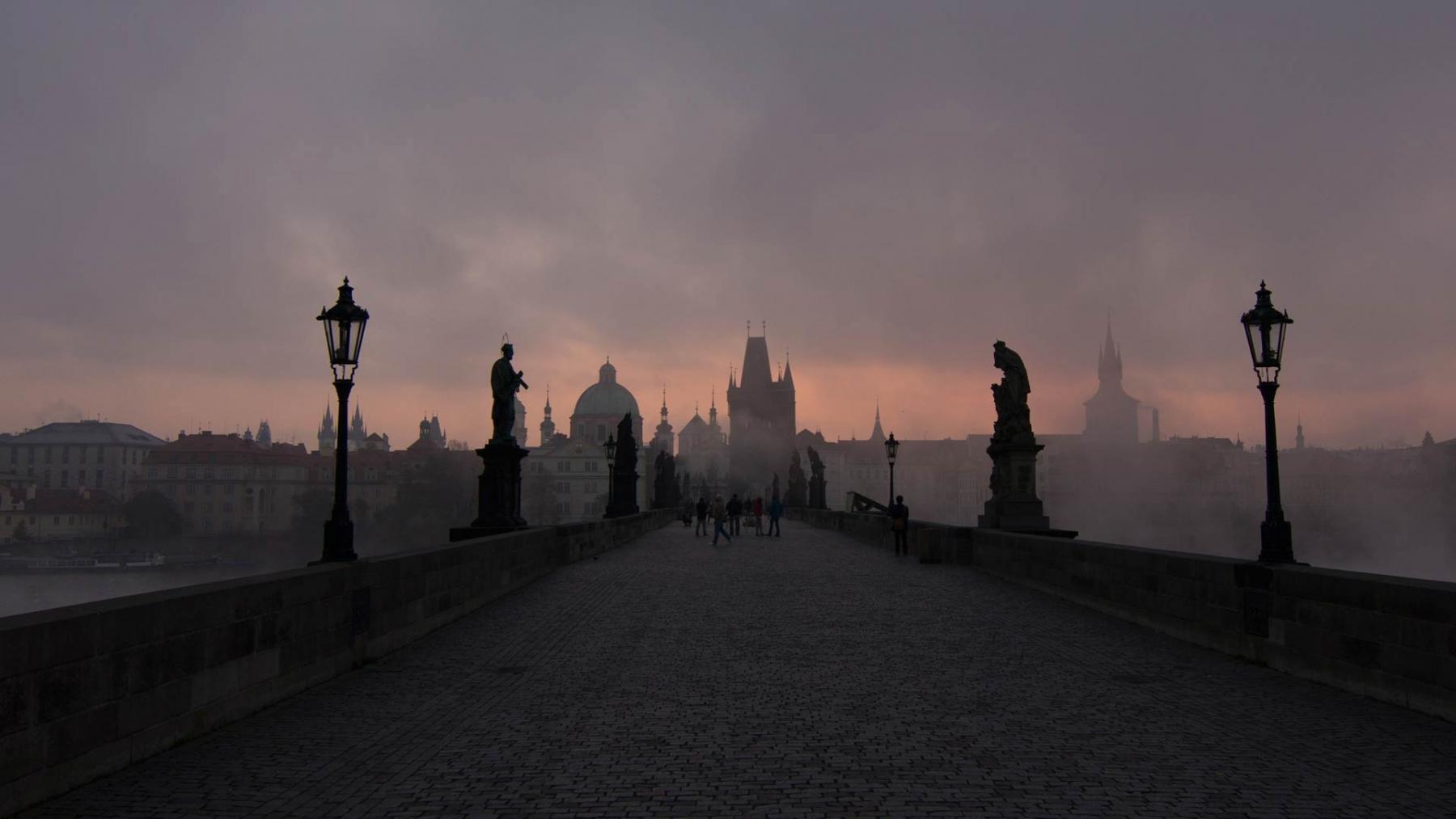 Wir überqueren die Karlsbrücke in Prag