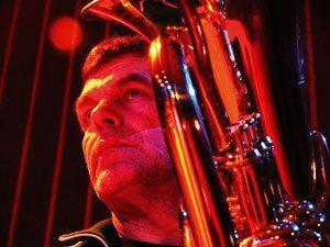Uli Sobotta spielt Saxophon